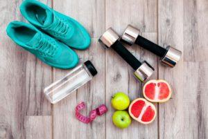 Turnschuhe, Obst, Hanteln, Trinkflasche